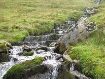 Een berghellingsstroom, Sligo Ierland Royalty-vrije Stock Afbeelding