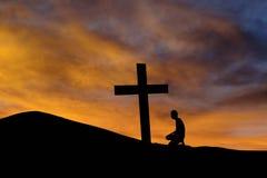 Een bergkruis en een worshiper Stock Afbeeldingen