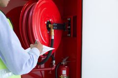 Een Beroeps die brandend brandblusapparaat controleren stock afbeeldingen