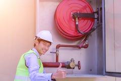 Een Beroeps die brandend brandblusapparaat controleren royalty-vrije stock afbeelding