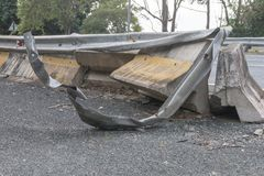 Een beschadigde zijmetaalbarrière royalty-vrije stock afbeeldingen