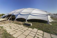Een beschermend dak over oude uitgravingen in Pliska royalty-vrije stock foto