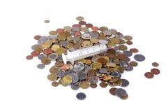 Een beschikbare spuit op geld Stock Foto