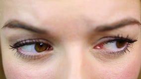 Een besluit nemen en vrouw die rond kijken Close-upvideo Wenkbrauwenspel stock footage