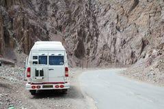 Een bestelwagenparkeren op bergweg in Ladakh, India Royalty-vrije Stock Afbeeldingen