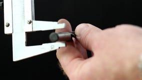 Een beugel die de meting van de schroef krijgen stock video