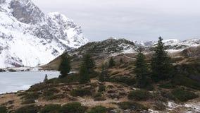 Een bevroren bergmeer stock videobeelden