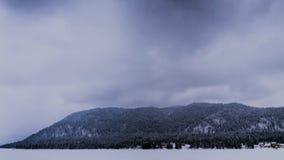 Een bevroren bergmeer in de mist stock footage