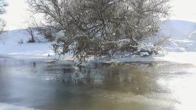 Een bevroren rivier in gevangenschap dichtbij de koude Sneeuw en blauwe hemel met wolken en stok Ik houd van op een bevroren rivi stock fotografie