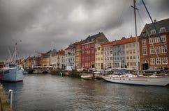 Een bewolkte haven van København, Denemarken stock afbeeldingen