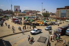 Een bezig straathoogtepunt van openbaar vervoer, bussen, auto's, motorfietsen en voetgangers Mening van hierboven royalty-vrije stock foto