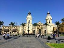 Een bezige scène van toeristen het Plein San MartÃn bewonderen en plaatselijke bewoners die leidde om, in mooi Lima, P te werken stock foto's