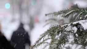 Een bezige stad tijdens een sneeuwval stock video