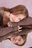 Een bezinning van een meisje Stock Fotografie