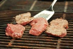 Een biefstuk die op een barbecue wordt gekookt Royalty-vrije Stock Fotografie
