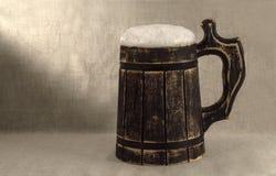 Een biermok op een witte achtergrond Stock Foto's