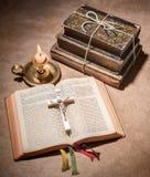 Een bijbel open op een lijst Stock Afbeeldingen