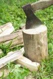 Een bijl en een brandhout Royalty-vrije Stock Foto's