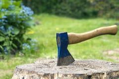 Een bijl en een brandhout Royalty-vrije Stock Afbeelding
