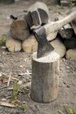 Een bijl en een brandhout Royalty-vrije Stock Fotografie