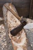 Een bijl en een hout Stock Afbeelding