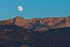 Een bijna volle maan Stock Fotografie