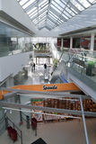 Een binnenland van een modern gebouw met winkels Royalty-vrije Stock Afbeelding
