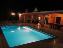 Een binnenplaats van een vakantiehuis in Dominicaanse republiek, blauwe pool en biljart Stock Foto's