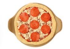 Een blad van de Ongekookte Pizza van Pepperonis Stock Afbeelding