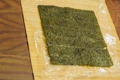 Een blad van een groene nori van Japanse keuken voor thuis het voorbereiden van sushi stock afbeelding