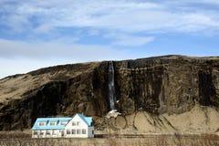 Een blauw en wit huis met waterval Stock Foto