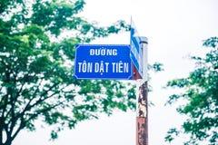 Een blauw geroest straatteken met tekst stock afbeeldingen