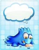 Een blauw monster die met een lege wolk schrijven callout Stock Foto