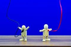 Een blauwe achtergrond met een elektrische lijn stopte in een houten model royalty-vrije stock foto
