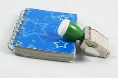 Een blauwe agenda en een zegel stock foto's