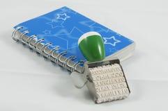 Een blauwe agenda en een zegel royalty-vrije stock afbeelding