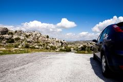 Een blauwe auto in natuurreservaat Gr Torcal royalty-vrije stock afbeelding
