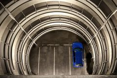 Een blauwe Auto in een Parkeerterrein royalty-vrije stock foto's