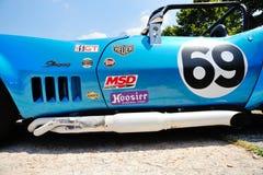 Een blauwe Chevrolet-Korvetpijlstaartrog SCCA/IMSA (detail) neemt aan het ras van Schipcaino Sant'Eusebio deel Royalty-vrije Stock Fotografie