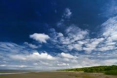 Een blauwe hemel met witte wolken. royalty-vrije stock foto's