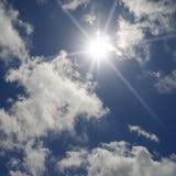 Een blauwe hemel met wolken en zon Royalty-vrije Stock Foto's