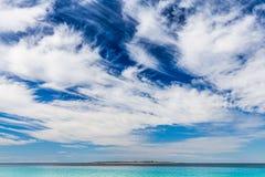 Een blauwe hemel op het strand van Kroatië Stock Afbeeldingen