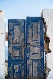 Een blauwe houten deur aan de kant van de straat Stock Afbeeldingen