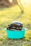 Een blauwe mand met schone wasserij linens buiten ter plaatse in de warme zonneschijn royalty-vrije stock afbeeldingen