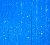 Een blauwe metaalomheining met witte vlekken Stock Foto's