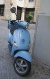 Een blauwe Vespa-motorfiets Royalty-vrije Stock Foto's