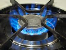 Een blauwe vlam van het gas hoogste fornuis. Stock Foto's