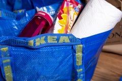 Een blauwe zak van Ikea met materiaal royalty-vrije stock afbeeldingen