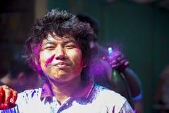 Een Blij ogenblik van holi het Festival van Kleuren in bazar Shakhari, Dhaka, Bangladesh Stock Foto