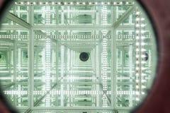 Een blik door LEIDENE spiegel met abstracte oneindig met hoge diepte stock fotografie